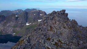 Turistas encima de la montaña almacen de metraje de vídeo