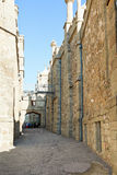 Turistas entre paredes da fortaleza do palácio de Alupka Imagens de Stock Royalty Free
