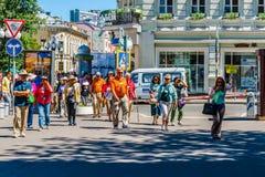 Turistas estrangeiros na rua de Arbat de Moscou Imagens de Stock