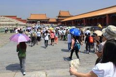 Turistas extranjeros y locales que visitan el palacio prohibido, Beijin Imágenes de archivo libres de regalías