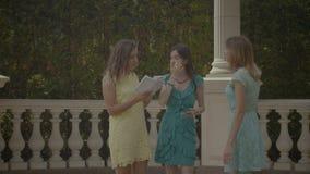 Turistas fêmeas com guia do curso no destino famoso vídeos de arquivo