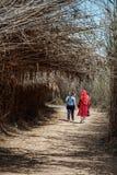 Turistas fêmeas em Al Wathba Wetland Reserve Abu Dhabi, UAE fotos de stock