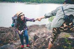 Turistas fêmeas na natureza bonita na cena tranquilo Fotografia de Stock