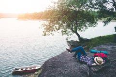 Turistas fêmeas na natureza bonita na cena tranquilo Foto de Stock