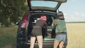 Turistas fêmeas que discutem sobre a bagagem overpacked filme