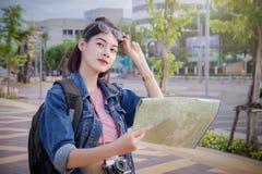 Turistas fêmeas que procuram destinos no mapa na cidade fotos de stock