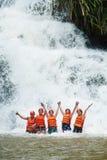 Turistas felices abseiling en la cascada de Datanla en Vietnam Imágenes de archivo libres de regalías