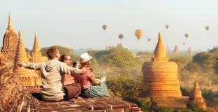 Turistas felices, amigos, veraneantes en las vacaciones de verano en Asia fotografía de archivo