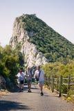 Turistas felices en la roca de Gibraltar Fotos de archivo