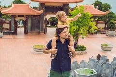 Turistas felices papá e hijo en pagoda Recorrido al concepto de Asia El viajar con un concepto del bebé Imagenes de archivo