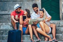 Turistas felices que hacen turismo en ciudad foto de archivo