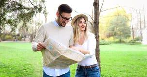 Turistas felices que viajan y que sonríen Fotografía de archivo libre de regalías