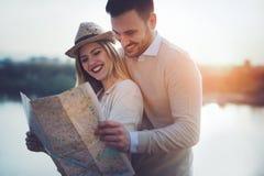 Turistas felices que viajan y que sonríen Imagen de archivo libre de regalías