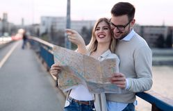 Turistas felices que viajan y que sonríen Fotos de archivo