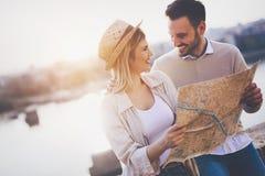 Turistas felices que viajan y que sonríen Imagen de archivo