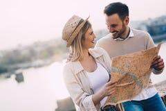 Turistas felices que viajan y que sonríen Foto de archivo