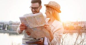 Turistas felices que viajan y que sonríen Imágenes de archivo libres de regalías