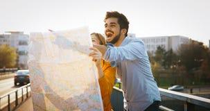 Turistas felices que viajan y que sonríen Fotografía de archivo