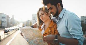 Turistas felices que viajan y que sonríen Imagenes de archivo