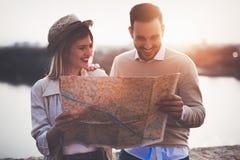 Turistas felices que viajan y que sonríen Foto de archivo libre de regalías