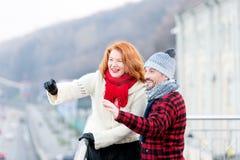 Turistas felizes na cidade Estilo de vida urbano de povos envelhecidos Indivíduo e menina felizes de ver o lado Feriados de dois  Imagens de Stock Royalty Free