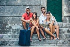 Turistas felizes novos que sightseeing na cidade imagem de stock