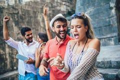 Turistas felizes novos que sightseeing na cidade foto de stock