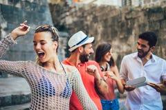 Turistas felizes novos que sightseeing na cidade imagens de stock royalty free