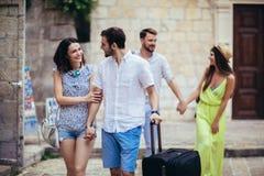 Turistas felizes que sightseeing na cidade imagens de stock royalty free