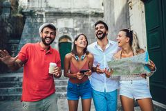 Turistas felizes que sightseeing na cidade foto de stock royalty free