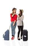 Turistas femeninos jovenes y el aeropuerto Imagenes de archivo