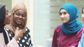 Turistas femeninos musulmanes jovenes que se sientan en café en el aeropuerto almacen de metraje de vídeo