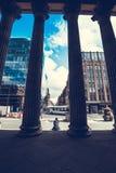 Turistas fuera de la galería del arte moderno, Glasgow, Escocia, 01 08 2017 Imágenes de archivo libres de regalías