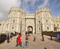 Turistas fuera del castillo de Windsor en Inglaterra fotografía de archivo libre de regalías