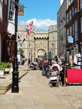 Turistas fuera del castillo real de Windsor en Inglaterra Fotos de archivo