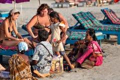 Turistas indios del ataque de los vendedores Imagenes de archivo