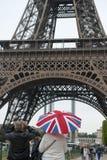 Turistas ingleses en París que fotografían la torre Eiffel Imágenes de archivo libres de regalías