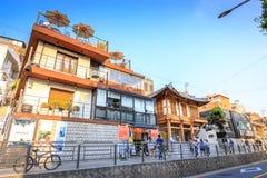 Turistas intitulados e muitas lojas na rua do dong de Samcheong em Ju Fotografia de Stock