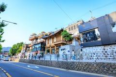 Turistas intitulados e muitas lojas na rua do dong de Samcheong em Ju Imagens de Stock Royalty Free