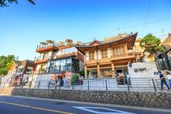 Turistas intitulados e muitas lojas na rua do dong de Samcheong em Ju Imagem de Stock