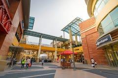 Turistas intitulados e muitos lojas do tipo em Lotte Premium Outlet Imagem de Stock