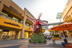 Turistas intitulados e muitos lojas do tipo em Lotte Premium Outlet Imagens de Stock