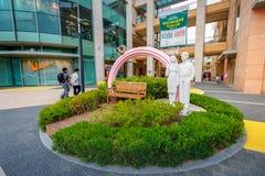 Turistas intitulados e muitos lojas do tipo em Lotte Premium Outlet Fotos de Stock Royalty Free