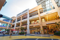 Turistas intitulados e muitos lojas do tipo em Lotte Premium Outlet Fotografia de Stock