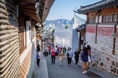 Turistas intitulados na vila de Bukchon Hanok em Jun19, 2017 em Seo Foto de Stock Royalty Free