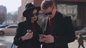Turistas jovenes elegantes de los pares que hacen el selfie en calle de la ciudad metrajes