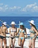 Turistas jovenes en un barco Foto de archivo libre de regalías