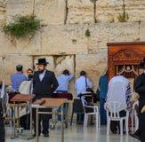 Turistas judaicos que tomam imagens na parede ocidental Foto de Stock