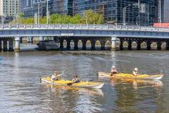 Turistas kayaking en el río de Yarra, Melbourne Imagenes de archivo