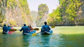 Turistas kayaking entre las islas de la piedra caliza El Kayaking es una diversión popular para los turistas almacen de metraje de vídeo